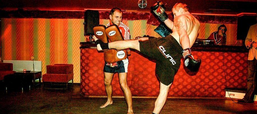 Pokaz Muay Thai w Lemoniadzie 2007. Middle-kick Rafała Patertila