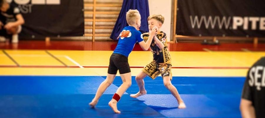 Walka o uchwyt podczas walki Michała chwata na Pucharze Polski Jiu-Jitsu 2019