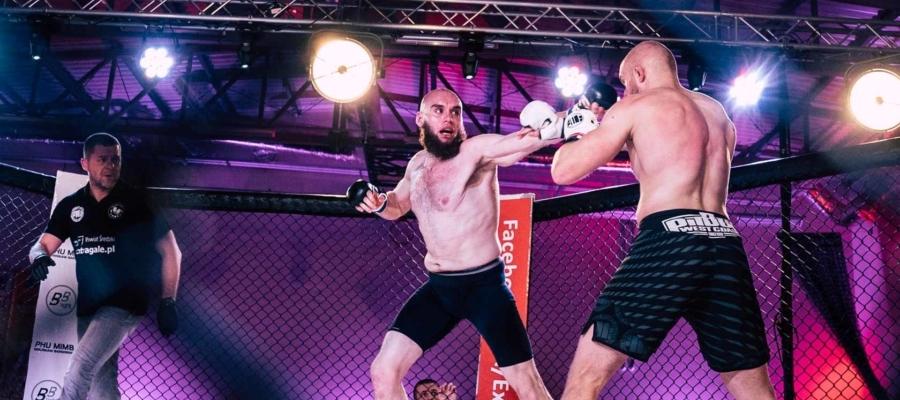 Atak lewym prostym Borysa Dzikowskiego podczas walki MMA w trakcie Wieczoru Sportów Walki